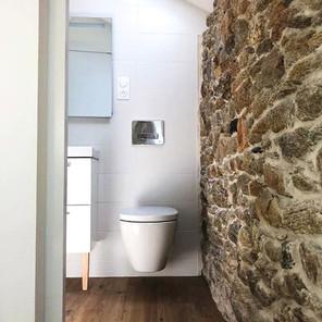 Salle de douche, mur en pierre