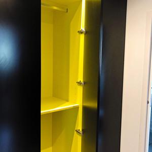 Dressing bicolore jaune et noir penderie