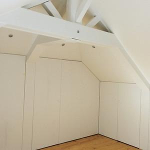 Mur de placards sur-mesure sous pentes de toit