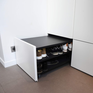 Mur de placards sur-mesure et tiroir à chaussure et son banc intégré