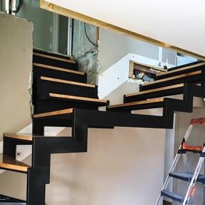 Escalier tournant sur-mesure, métal et bois, à double sortie