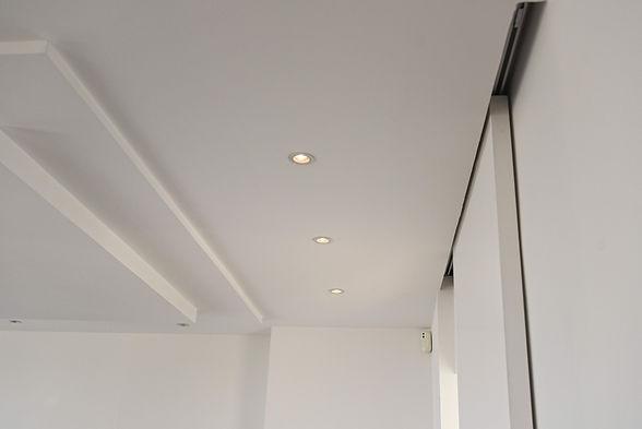 Détail des plafonds, décrochés, spots in