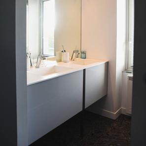 Salle de douche, vasque blanche