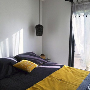 Chambre, décoration noire et jaune moutarde