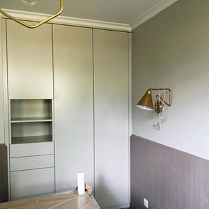 Mur de placards sur-mesure, tiroirs et niches