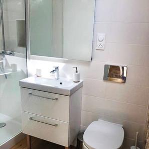 Salle de douche mur en pierre vasque