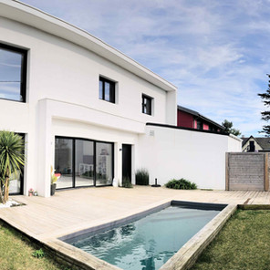 Façade, baie vitrée, jardin et piscine