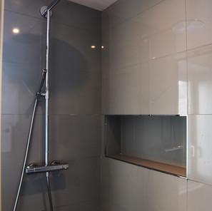 Salle de bain parentale, niche intégrée