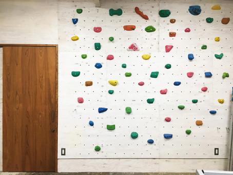 事務所の壁にクライミングウォールで通行人はビックリ