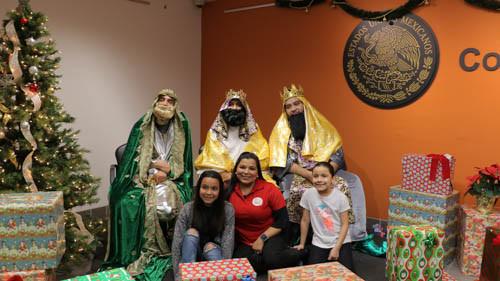 Reyes Magos reparten ilusión, juguetes y tradición en el Consulado General de México en Los Ángeles