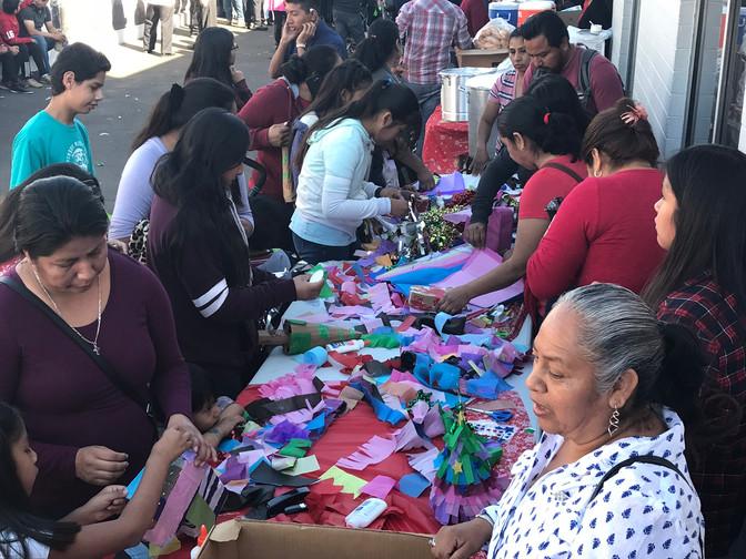 Taller de piñatas ilumina las fiestas navideñas en Mi Casa es Puebla