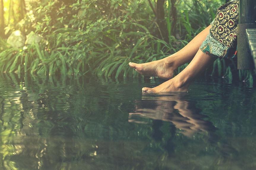 Women's feet in the water plunges feelin