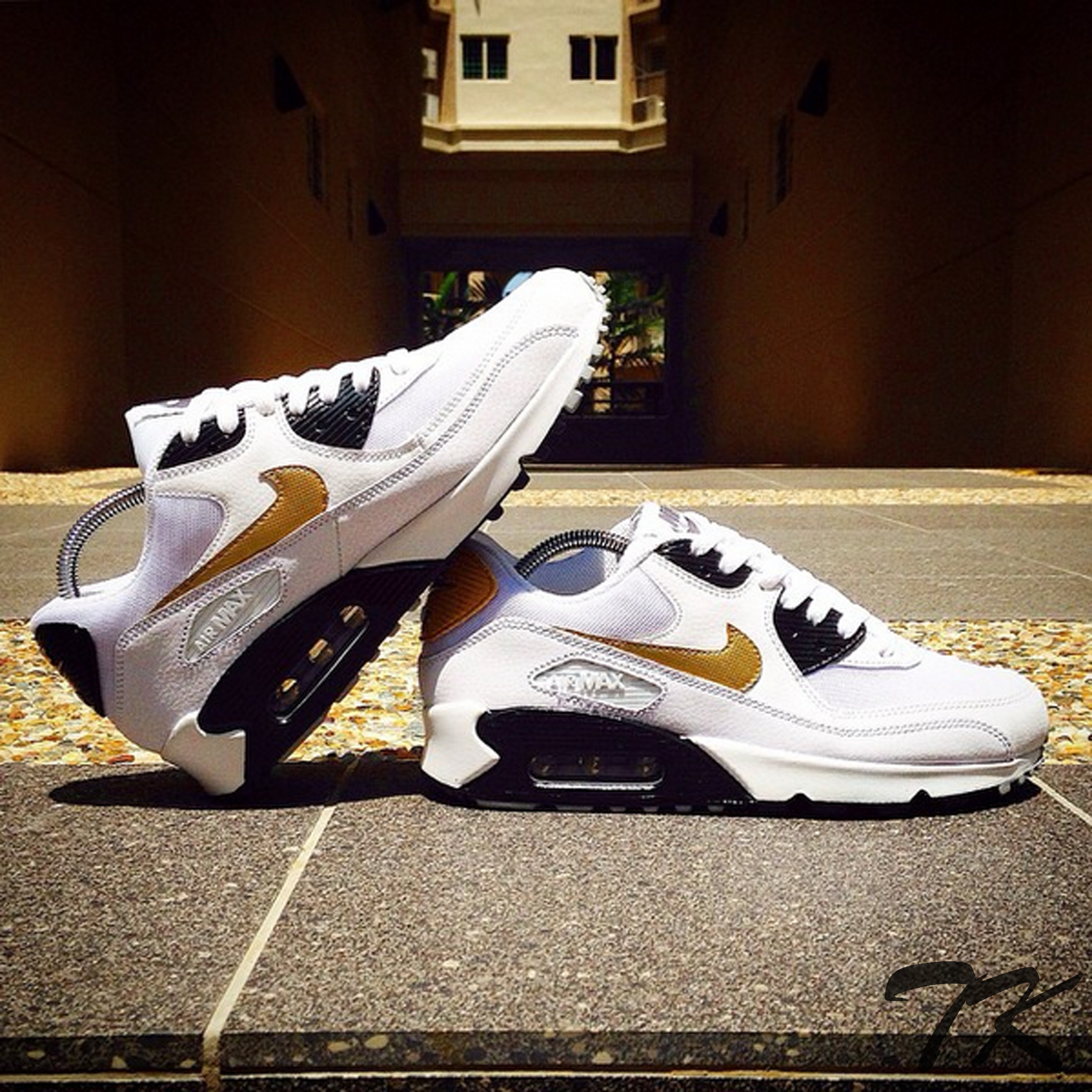 "Nike Air Max 90 ""BLACK & GOLD"""