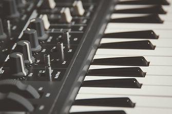 electronic-keyboard-1867120_1920.jpg