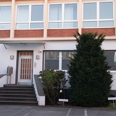 GuK_Dus_Ringel28-L_Eingangsbereich_außen.png