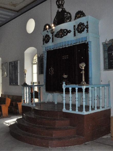 Le Hékhal de la synagogue a été offert par Charles Netter à la mémoire de son père.