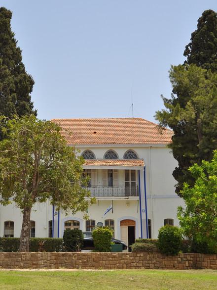 Depuis l'origine de Mikvé-Israël, ce bâtiment abrite les bureaux de la Direction administrative de l'école.