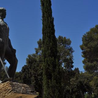 Un mémorial est dressé dans le parc botanique en souvenirs des élèves de Mikvé-Israël, membres du Palmah, morts au combat pendant la guerre d'indépendance.
