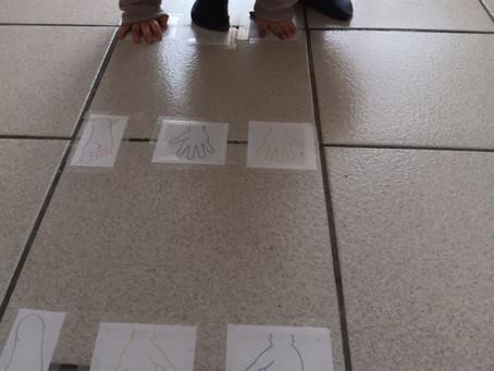 Créer un parcours d'intérieur avec les pieds et les mains