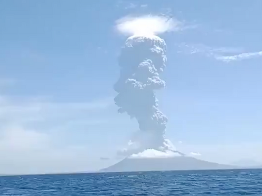 Video: Impresionante erupción de volcán en Indonesia.