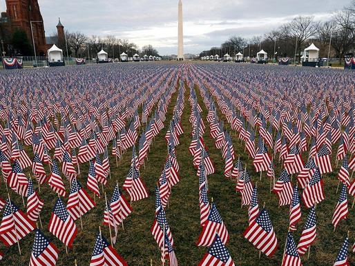 Un campo de banderas y pilares de luz, símbolos en la toma de protesta de Joe Biden.