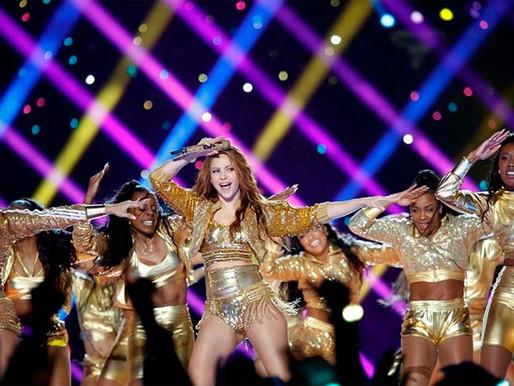 Shakira subastará chamarra que usó en el súper bowl.