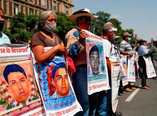 Padres de los 43 de Ayotzinapa protestan en la Suprema Corte de Justicia de la Nación.