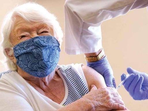 Avalan vacuna de Aztrazeneca para abuelitos.
