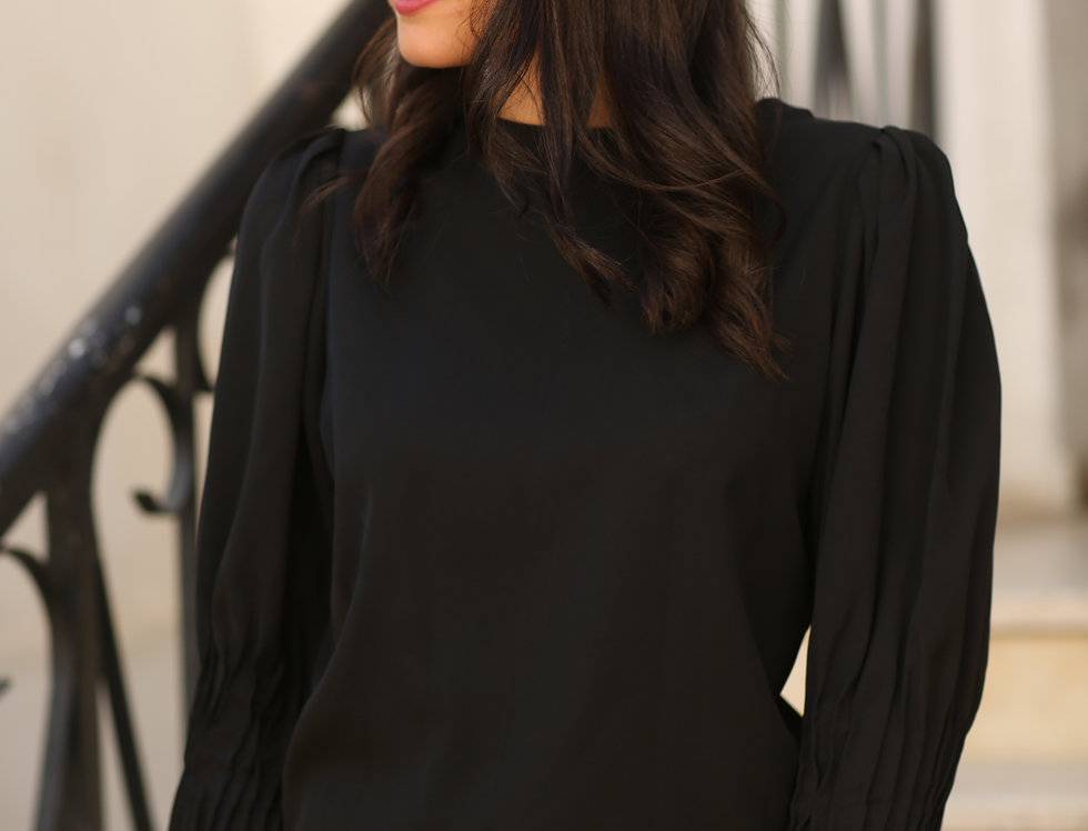 חולצת קפלים שחורה