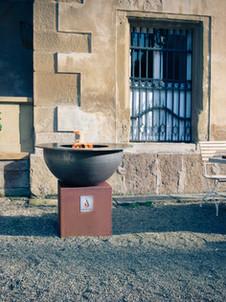 Stillleben: Grill an Tisch an Schloss