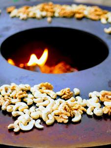 Cashew-Nüsse frisch gegrillt an der Glut