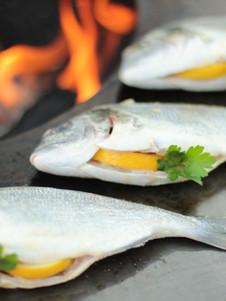 Fisch mit Zitrone und Petersilie auf der BBQ Bowl