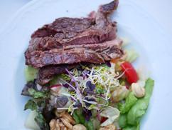 Sommer, Sonne, Salat mit frisch gegrilltem Fleisch