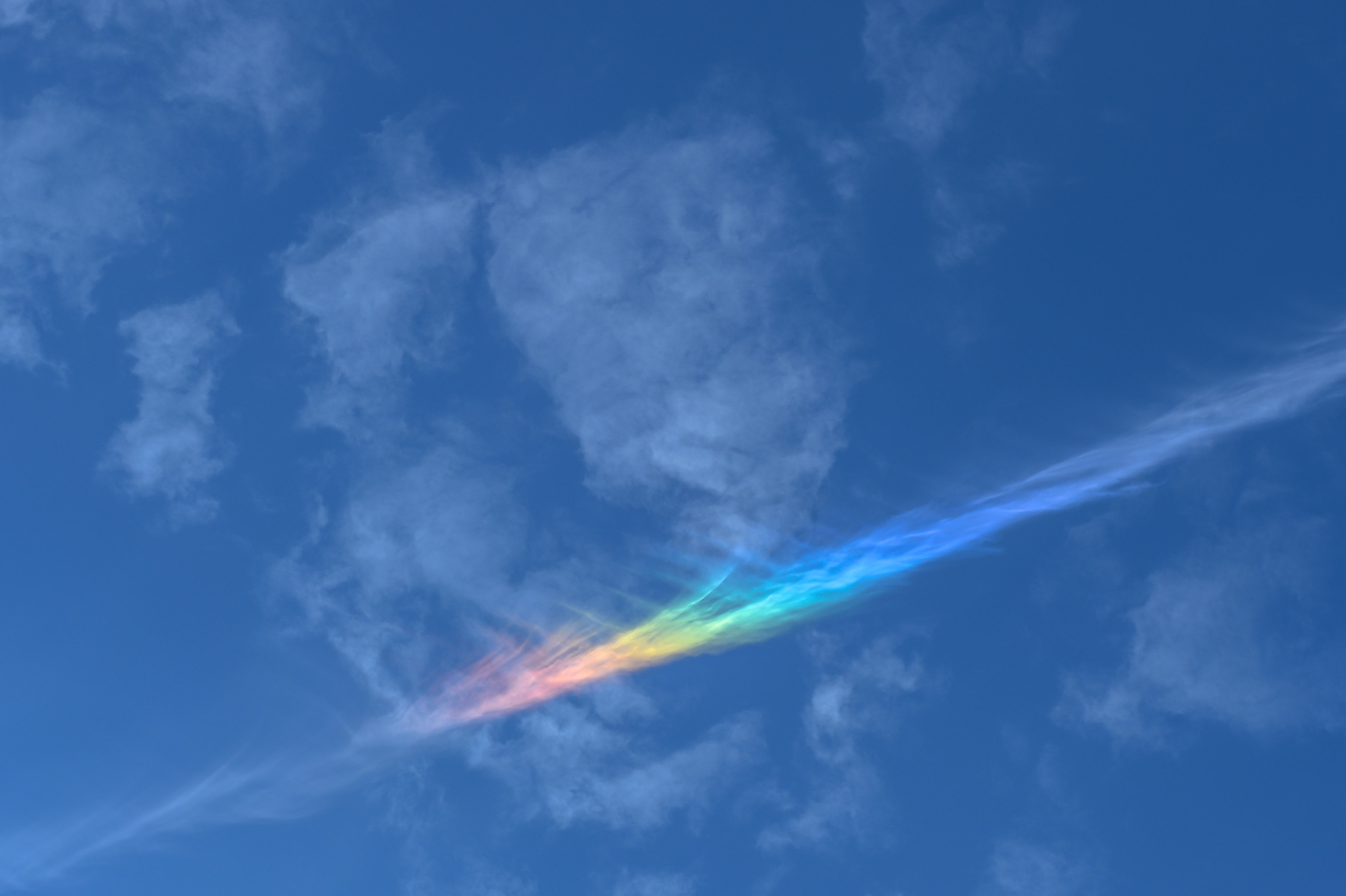 Wolken mit Regenbogenfarben ©Johannes Ra