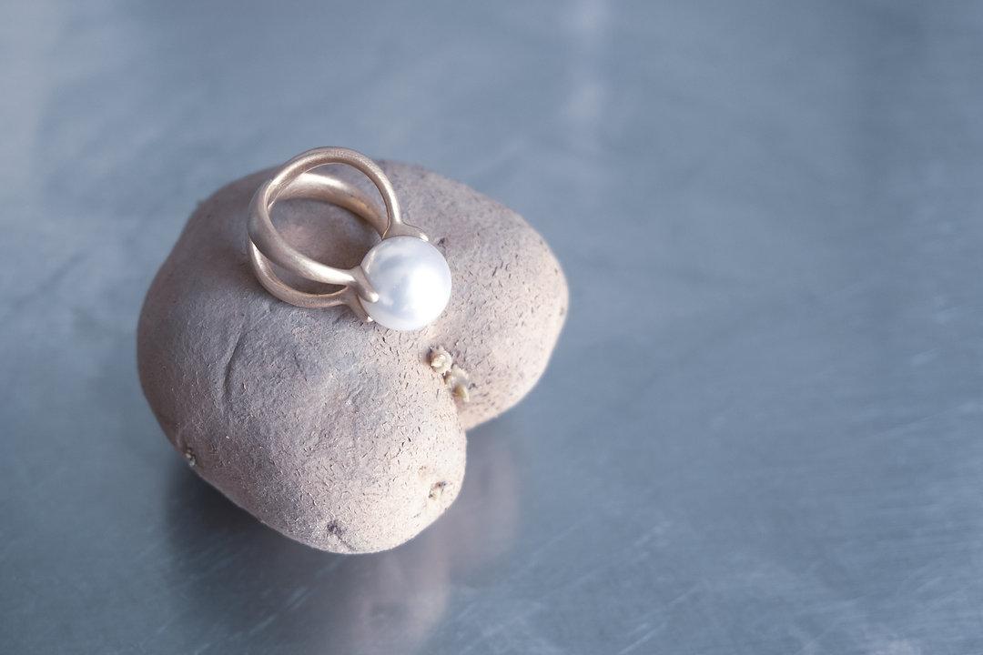 Ring mit Perle (Claudia Grewenig)  auf Herz-Kartoffel ©Johannes Ratermann