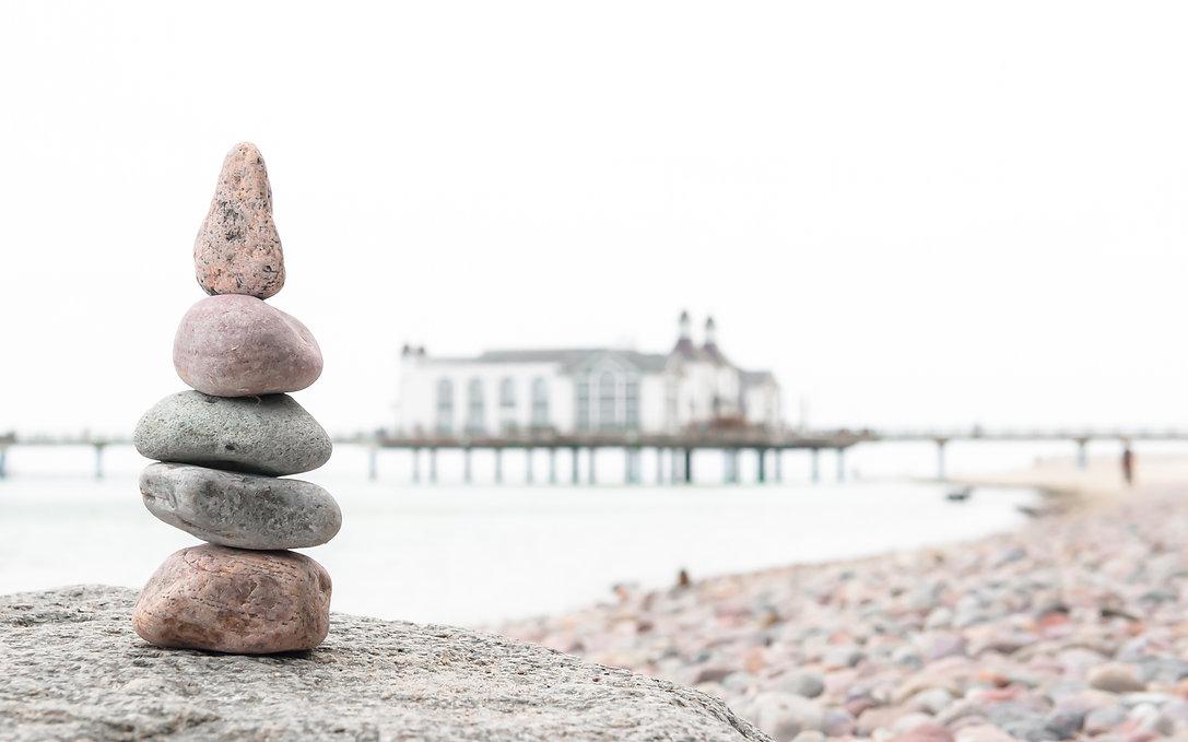 Kieselsteine am Strand von Sellin mit Seebrücke ©Johannes Ratermann