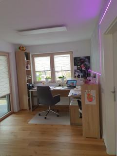 Parkettboden, Tapete, Lichtdesign, Plissess von Assig-Raum.jpg
