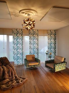 Hier wurde ein komplettes Wohnkonzept von uns erarbeitet: Parkettboden, Stühle neu polstern und beziehen, Flächenvorhänge montieren, Lampe und Stuck anbringen, Infrarotplatten als Heizung.jpg