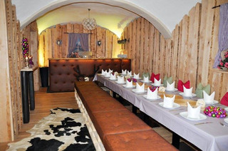 Raumgestaltung komplett von uns, Bar individuell gepolstert und designt