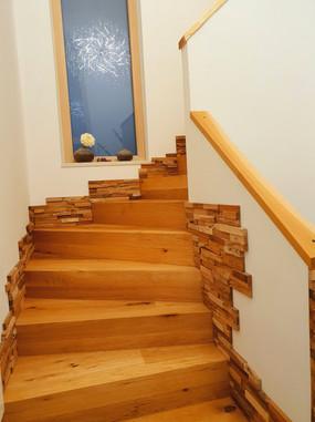 Holztreppenstufen, Sockelleisten in Holzstuck, Treppengeländer in massivem Holz