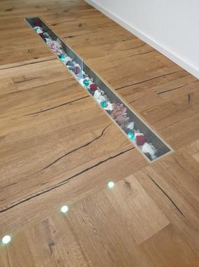 Parkettarbeit inkl Beleuchtung und Dekograben mit Glasabdeckung von Assig-Raum