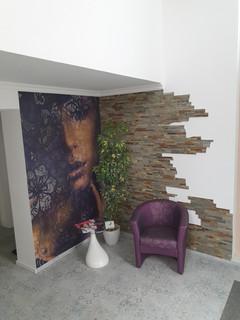 Designvinylboden, Stuhl neu bezogen, Tapete und Fliesendekor von Assig-Raum.jpg