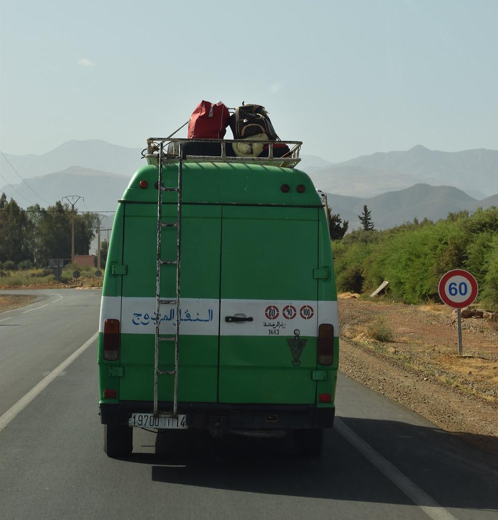 רכב ירוק נוסע בכביש של 60 קמש