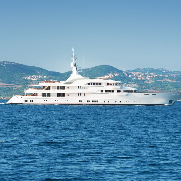 luxury-white-yatch-picture-id186221448.j