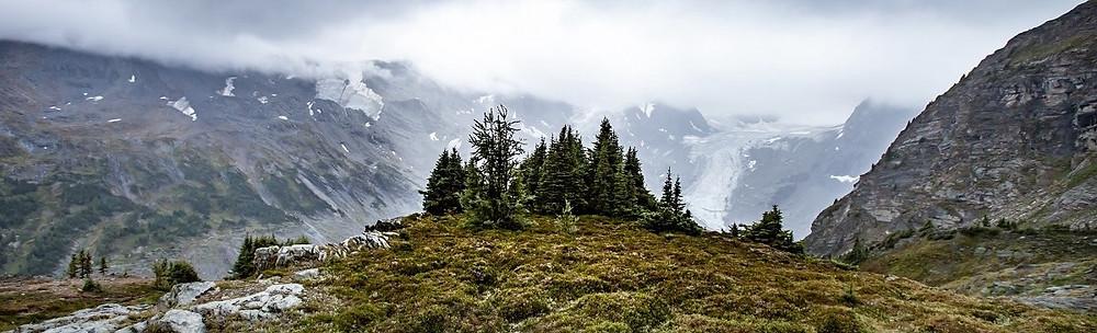 Foto da montanha perto das nuvens