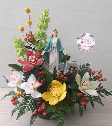 T109- Arreglo en Orquídeas con Santísima Virgen María