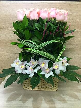 T83-Canasta con Orquídeas y Rosas