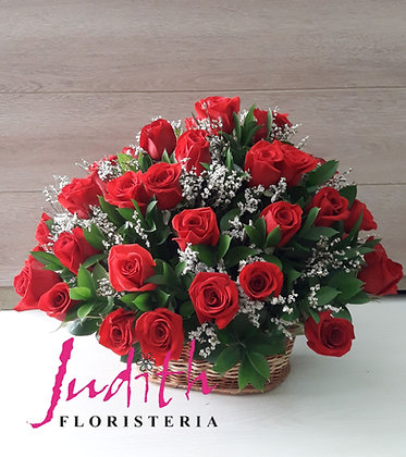 T65- Canasta con 36 rosas rojas