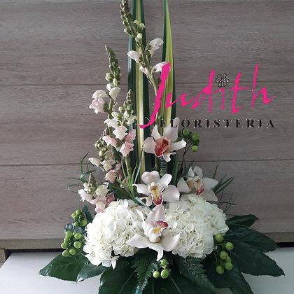 F26- Arreglo en Orquídeas y hortensias