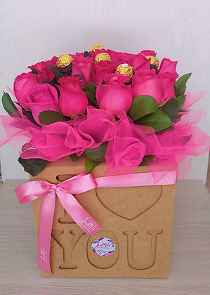 T110-Caja en madera I Love You con Rosas y chocolates